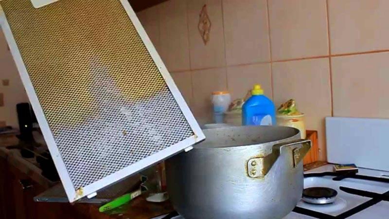 Своевременная очистка защитной сетки от жира позволяет поддерживать минимальное сопротивление потоку воздуха