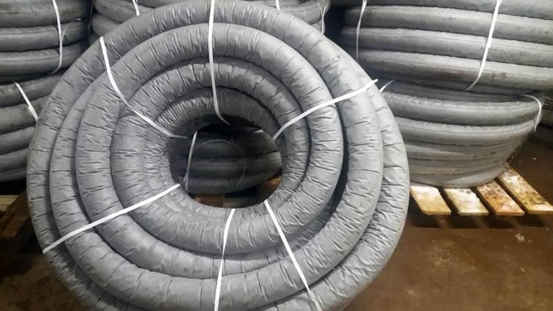 Применение фабричныхтруб для дренажа участкав обмотке из геотекстиля ускоряет выполнение монтажных операций, упрощает поддержание высокого качества