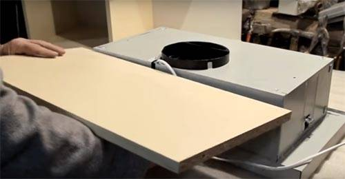 Незаменимая вещь на кухне: встроенная в шкаф вытяжка 60 см