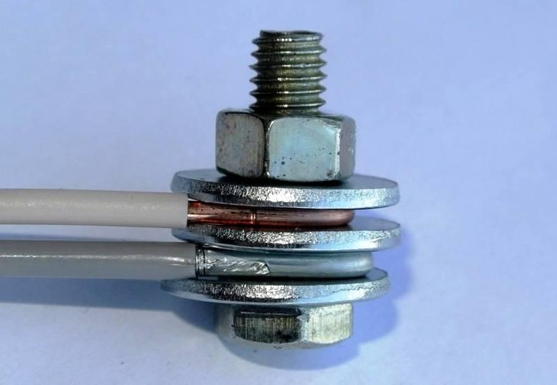 Соединение медного и алюминиевого провода делают через стальной переходной элемент, чтобы предотвратить нагрев электропроводки, снизить интенсивность образования оксидов