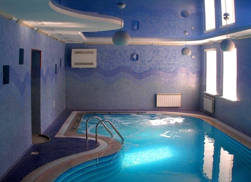 Установка качественной вентиляции в бассейне частного дома создаст здоровые условия для пользователей, продлит срок службы технологического оборудования, отделки