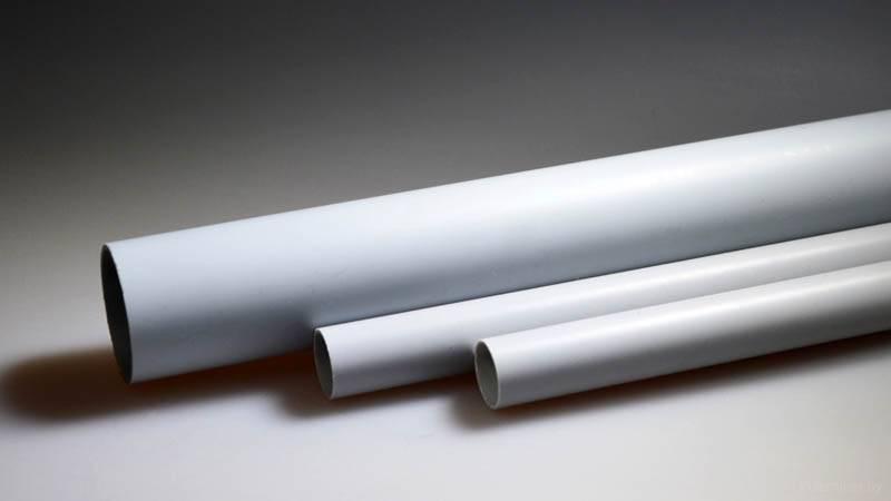 Внешняя проводка в деревянном доме может быть установлена внутри полимерной трубы