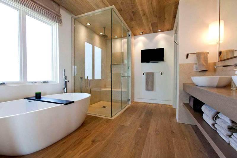При отделке комнаты с крупным окном следует сделать соответствующую коррекцию