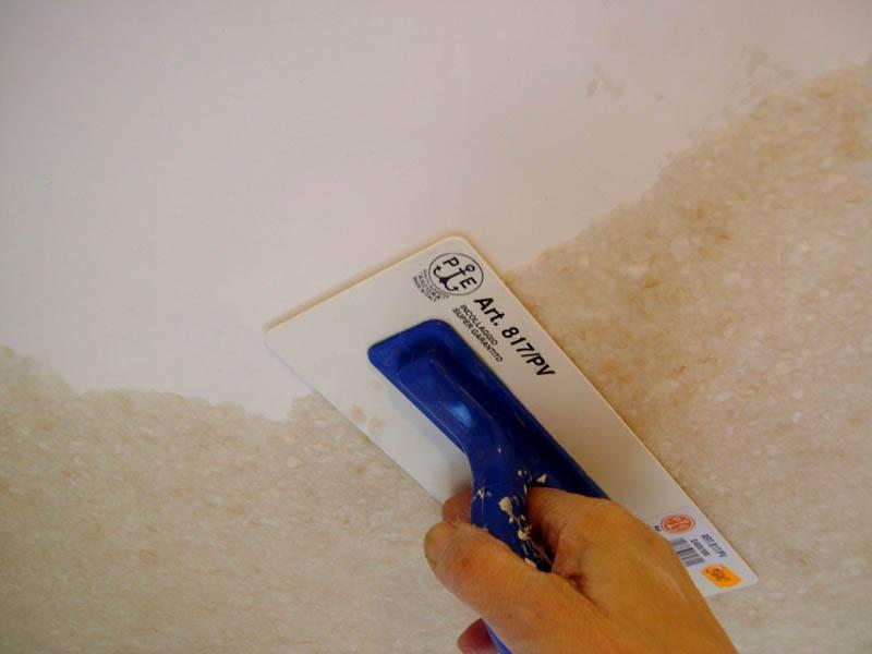 Работать с потолком приходится в неудобном положении, поэтому надо подготовить заранее удобные инструменты, стремянку