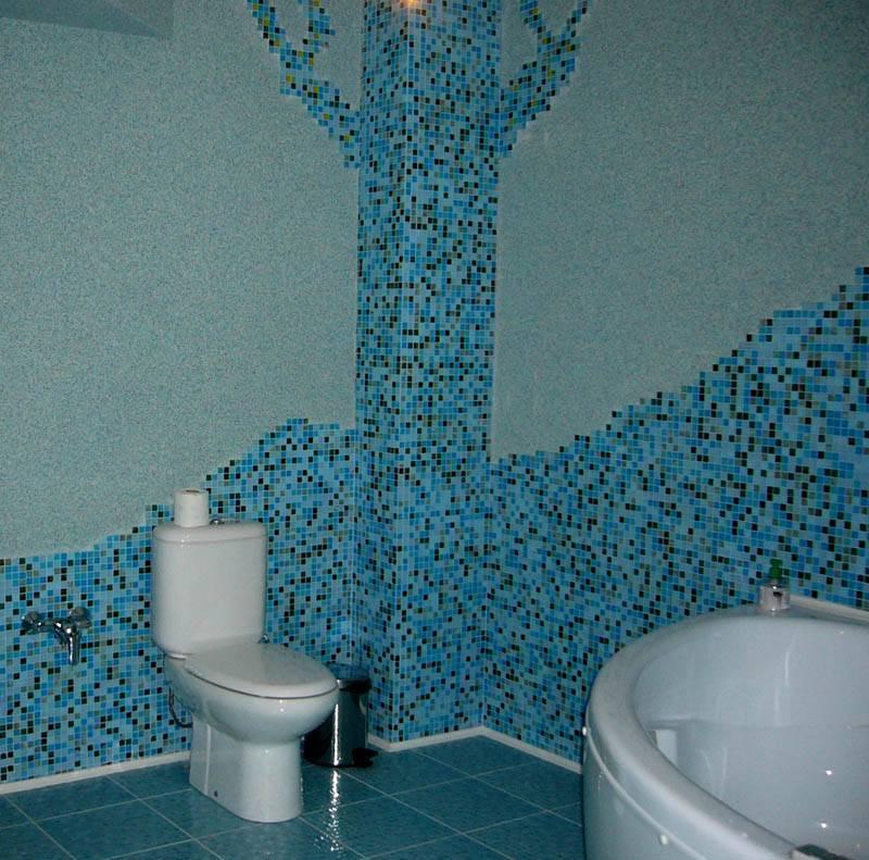 Применение жидких обоев в туалете. Фото демонстрирует возможность комбинирования нескольких разных отделочных материалов на одной поверхности