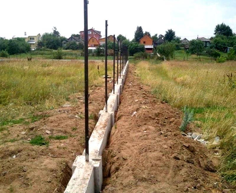 Вот так и строится забор с фундаментом