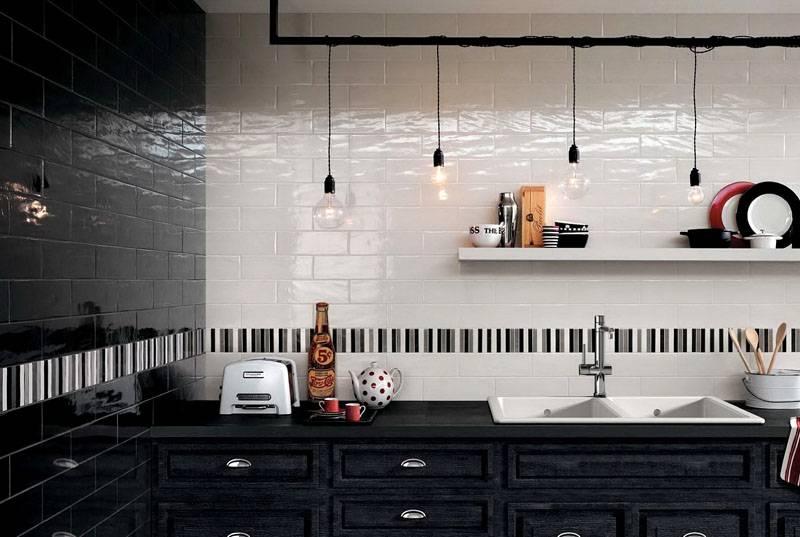 Подчеркнуть белизну уложенного материала позволит контрастная черная плитка