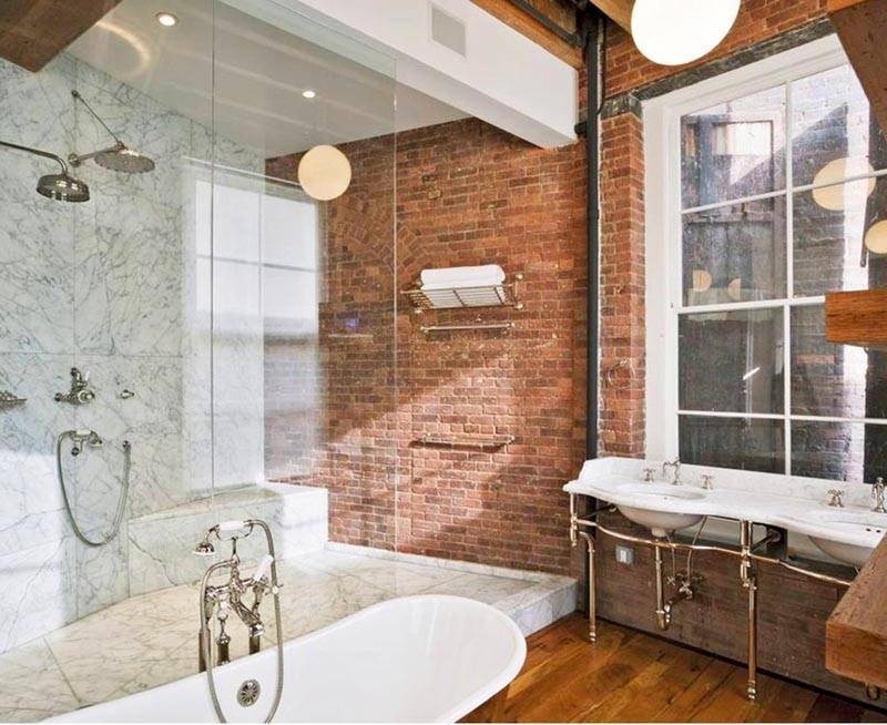 Имитацию кирпичной стены легко создать в ванной комнате