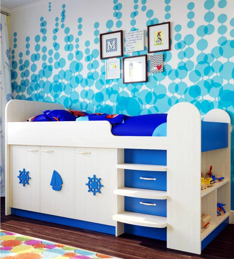 Дополнительным декором кровати могут служить украшения водной тематики. Обязательно необходимо предусмотреть удобное расположение полочек и ящичков для хранения игрушек и предметов одежды