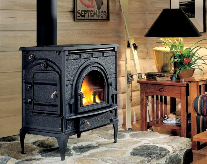 Если у вас небольшая дача за городом, можно приобрести «буржуйку» с дверцей из огнеупорного стекла и любоваться языками пламени