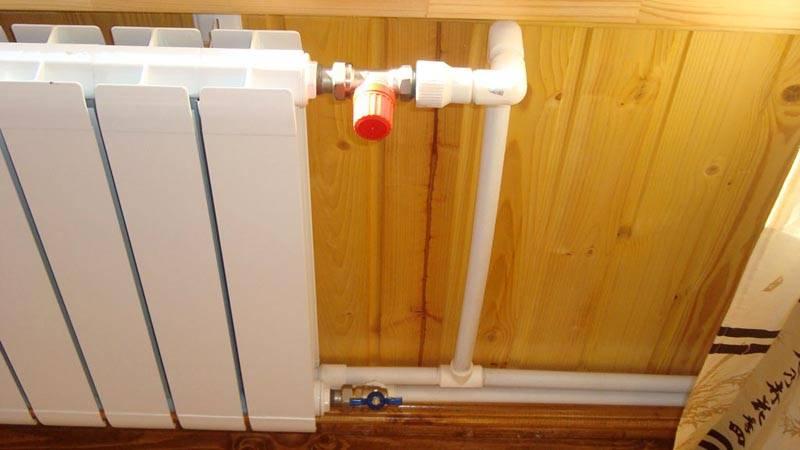 На этом фото показано, как подсоединить радиатор отопления к полипропиленовой трубе с применением типовых латунных кранов