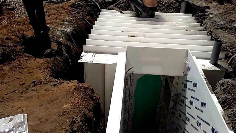 Если необходимо, можно установить погреб из пластика с боковым входом