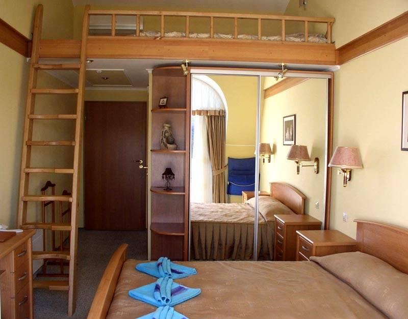 Неплохое решение для кровати чердака в спальне
