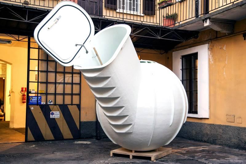 В этом пластиковом погребе с боковым входом ступени сформированы в полу, аксессуары монтируют на заводе