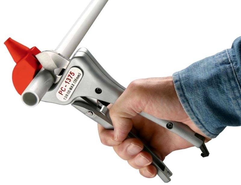 Специальные ножницы поддерживают трубу снизу, обеспечивают ровный и точный срез без повреждения примыкающих частей изделия