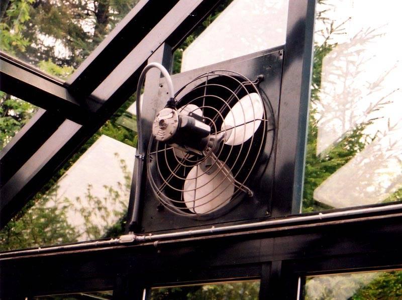 При отсутствии центральной вентиляции иногда устанавливают вытяжные вентиляторы в отверстие форточки