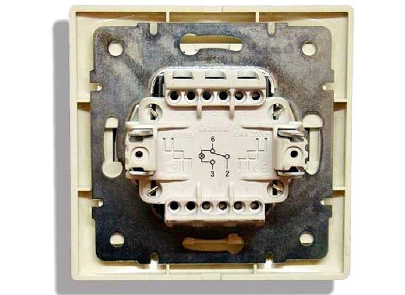 На тыльной стороне проходного выключателя, как правило, нанесена схема подключения