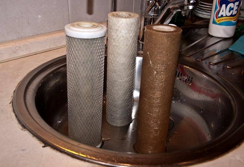 В колбах устанавливают сменные картриджи. Параметры этих элементов подбирают с учетом требований к системе очистки