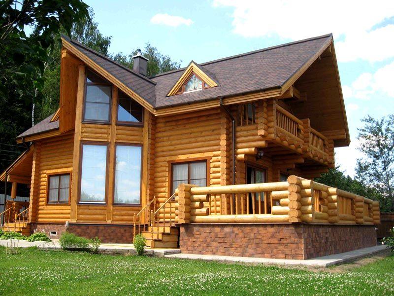 Дома из бревна не требуют дополнительных отделочных работ. Максимум что можно сделать – покрыть древесину защитным составом и безопасным для здоровья человека лаком