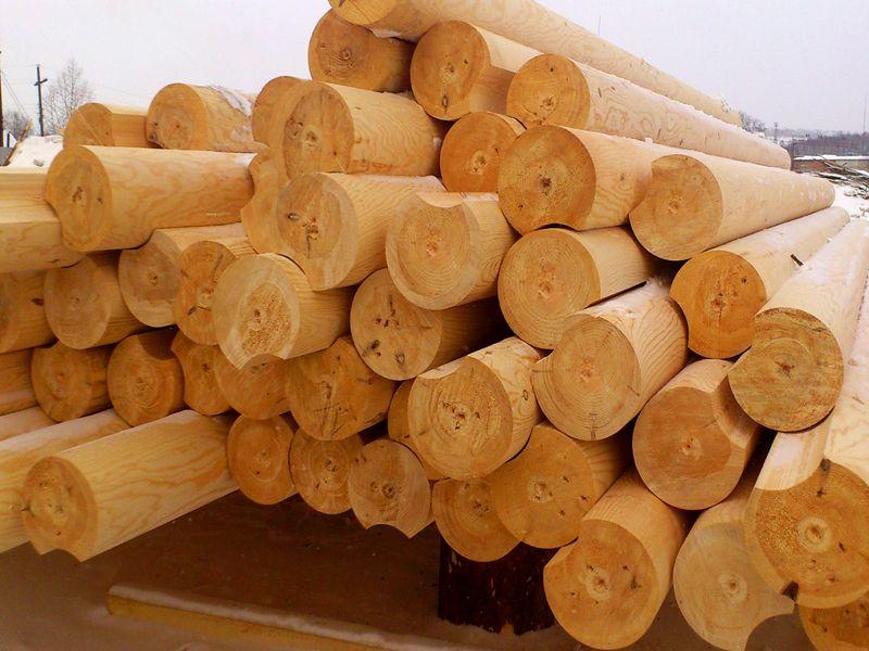 Оцилиндрованный материал проходит через фрезу, которая снимает поверхностные слои древесины, а они защищают ее структуру от внешнего воздействия. Так что в плане долговечности рубленый материал несомненно выигрывает