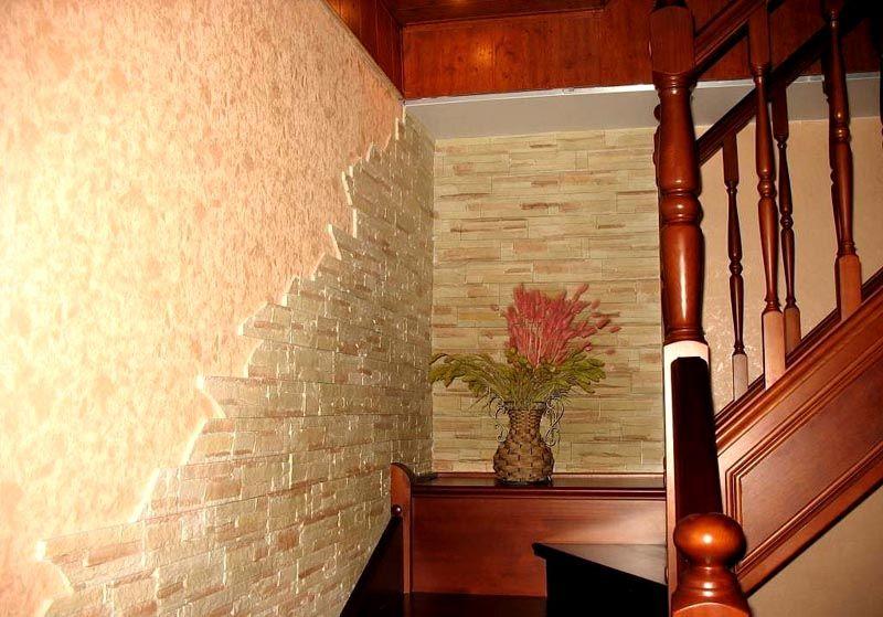 Декоративная облицовка прекрасно сочетается с обоями и древесиной