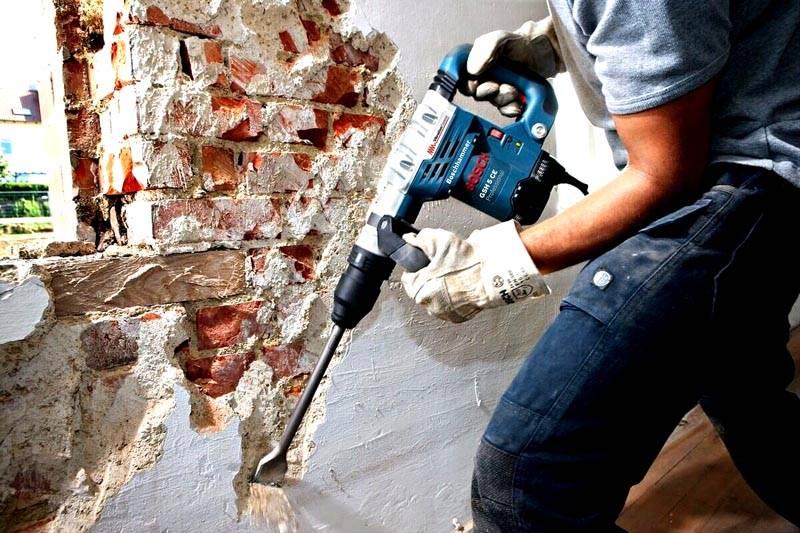 Удаление штукатурки с кирпичной стены с применением перфоратора