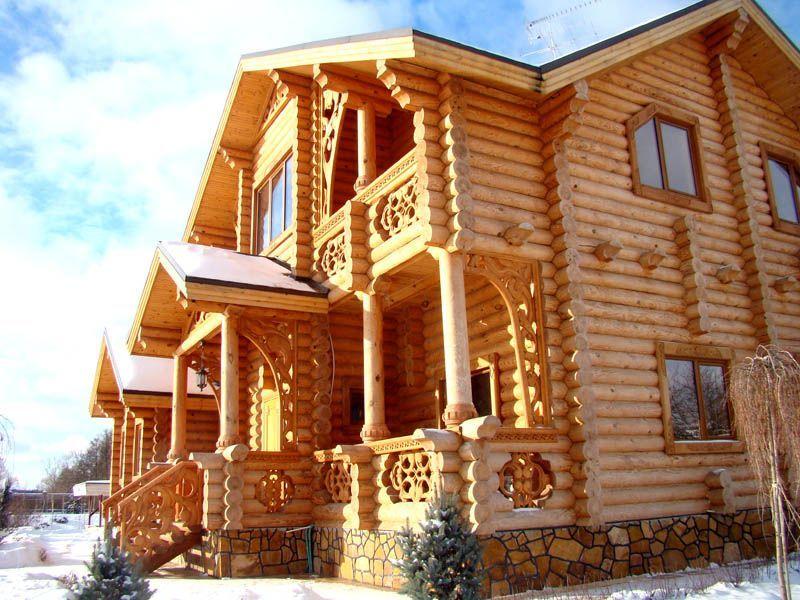Такой дом должен простоять минимум год до заселения, чтобы он дал усадку. Современные производители предлагают использовать оцилиндрованное бревно. Оно выглядит намного эстетичнее, но уступает натуральному материалу по долговечности.