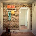 Необычная отделка прихожей декоративным камнем и обоями: фото нестандартных решений