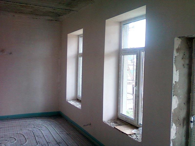 С применением штукатурки стен в квартире создают идеально ровные поверхности
