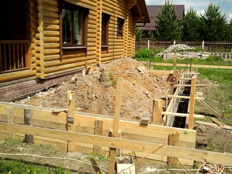 Такое сооружение весит много, поэтому сразу надо планировать монтаж прочного фундамента