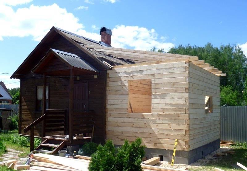Односкатную крышу пристройки к дому установить не сложно
