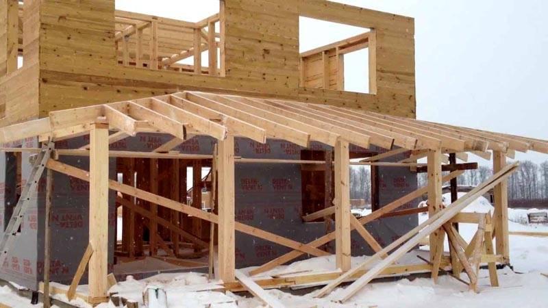 Несколько сложнее монтаж трехскатной крыши пристройки к дому