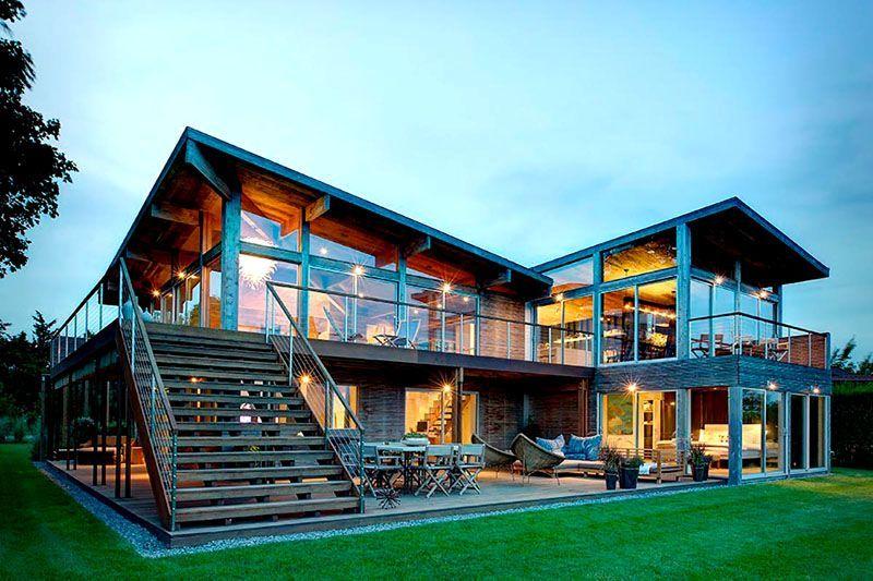 В таких домах господствует атмосфера необыкновенного простора и воздушности. Любителям единения с природой прозрачные стены придутся по душе. Если не решаетесь сделать жилище полностью стеклянным – используйте панорамные окна или стеклянную крышу