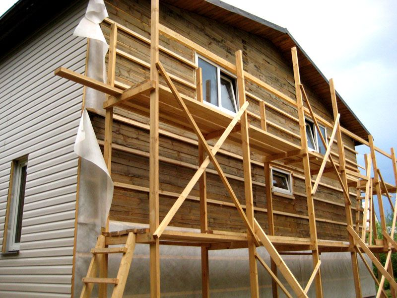 Для возведения дома потребуется дополнительное оборудование. Строительные леса можно изготовить самостоятельно или взять напрокат. Потребуются и механизмы для подъема стройматериалов на высоту второго этажа