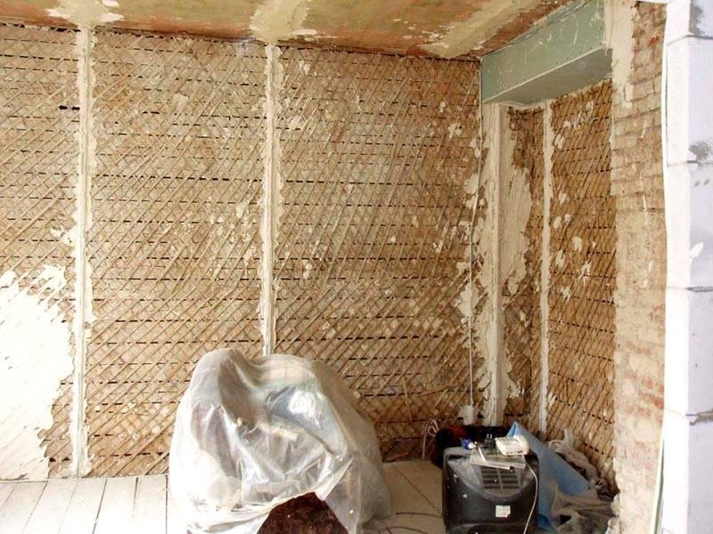 Для штукатурки деревянных стен внутри дома можно применить аналогичное решение