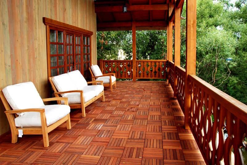 Для открытой террасы тщательно подбирают материалы, виды отделки. Надо исключить повреждение декоративных покрытий прямыми солнечными лучами, каплями дождя