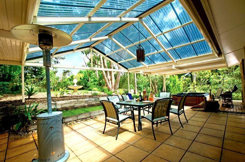 Крышу веранды можно тоже сделать стеклянной или изготовить ее из поликарбоната