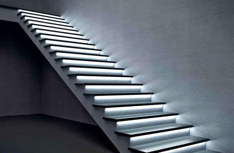 Подсветка лестницы выглядит довольно футуристично