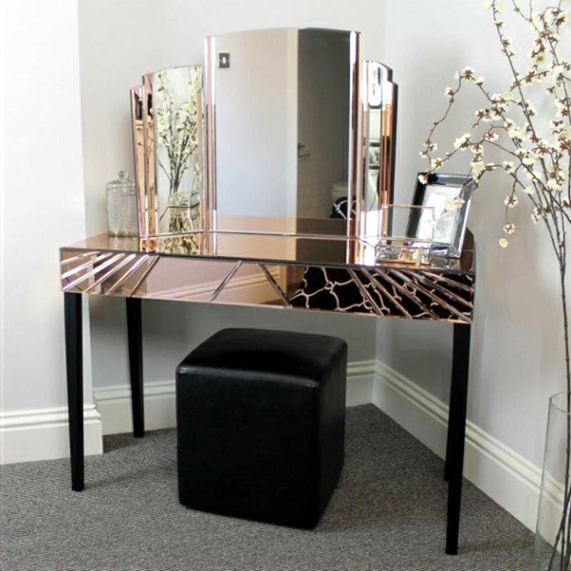 Шикарное зеркальное трюмо при таком расположение хорошо сглаживает углы
