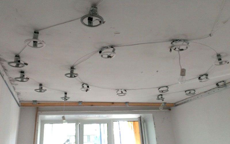 Все работы, связанные с установкой осветительных приборов нужно выполнить до монтажа натяжного потолка