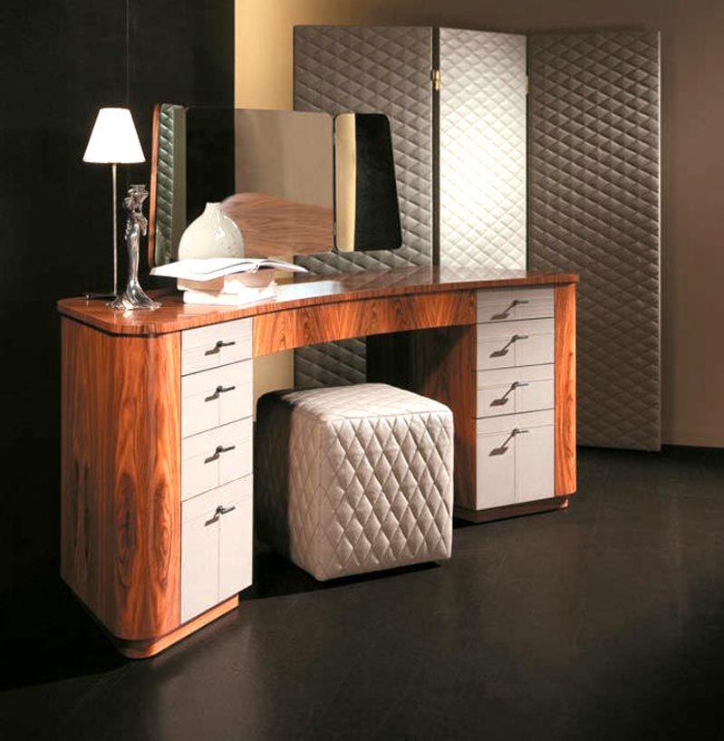 Стол для косметики с зеркалами и таким количеством ящиков вместит много женских штучек