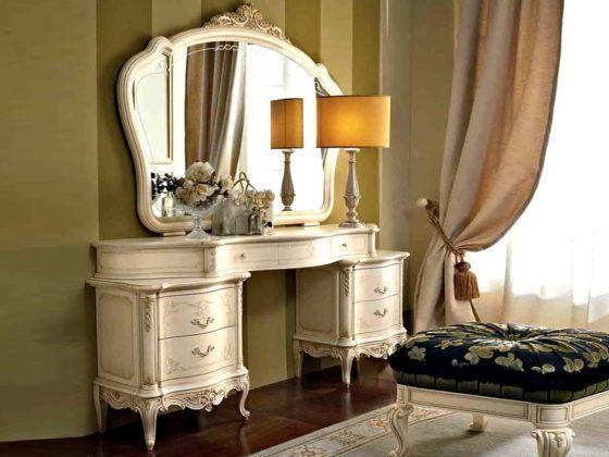 Такой столик достоин занять место в спальне настоящей королевы