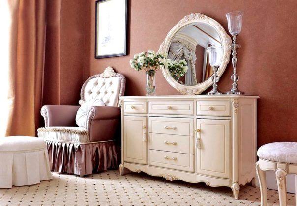 Кремовый туалетный столик в сочетании с комодом выполненный в классическом стиле