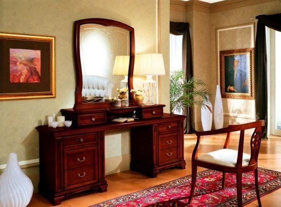 Стол для макияжа, выполненный из массива натурального дерева, да еще в классическом стиле – это очень дорого, но какая женщина от него откажется?