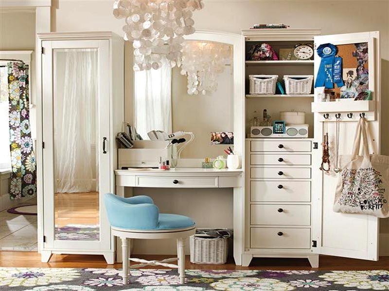 Совмещение туалетного столика со шкафами является оригинальной и довольно практичной идеей