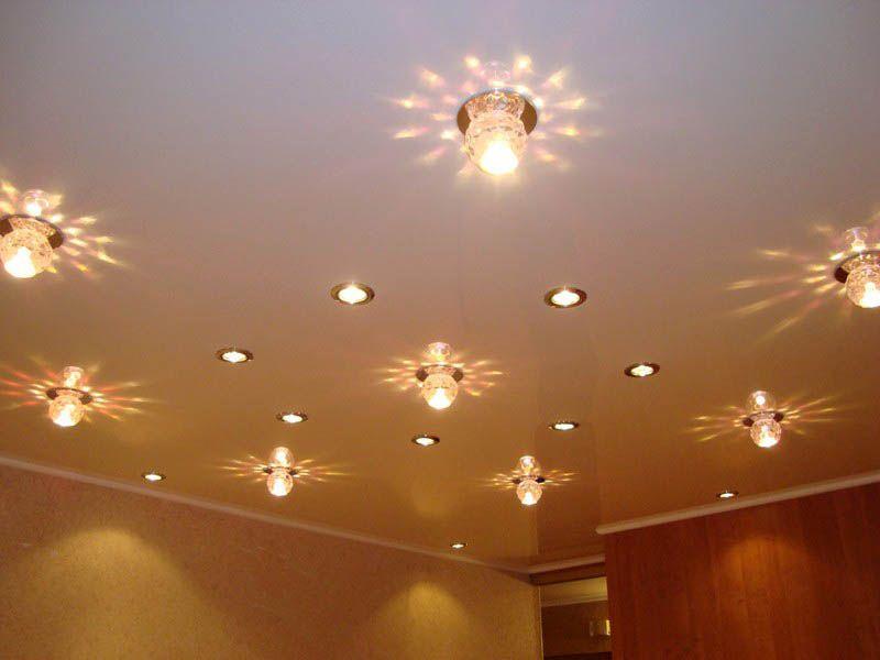 Сколько сделать лампочек на натяжном потолке фото