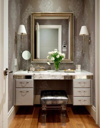 Мягкая банкетка или пуф – обязательный атрибут туалетного столика