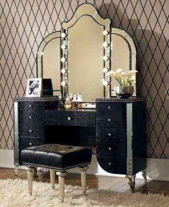 Фото дамского столика с зеркалом, оббитого материалом, имитирующим крокодиловую кожу