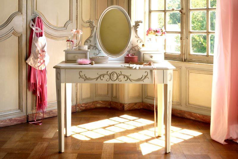 Столик для стиля прованс прост и изящен