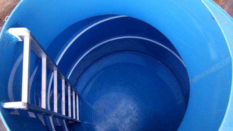 В больших пластиковых кессонах устанавливаются удобные лестницы, так что пользоваться им и как хранилищами очень удобно